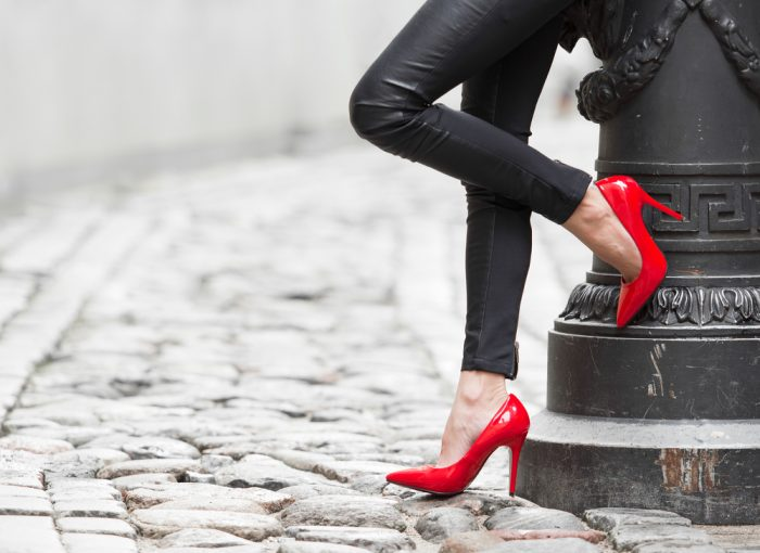 Красные туфли на женских ножках
