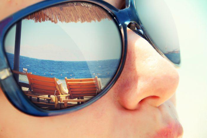 Отражение курорта в темных очках