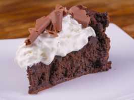 Быстрый шоколадный пирог со взбитыми сливками