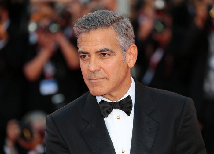 Джордж Клуни в черном костюме с бабочкой