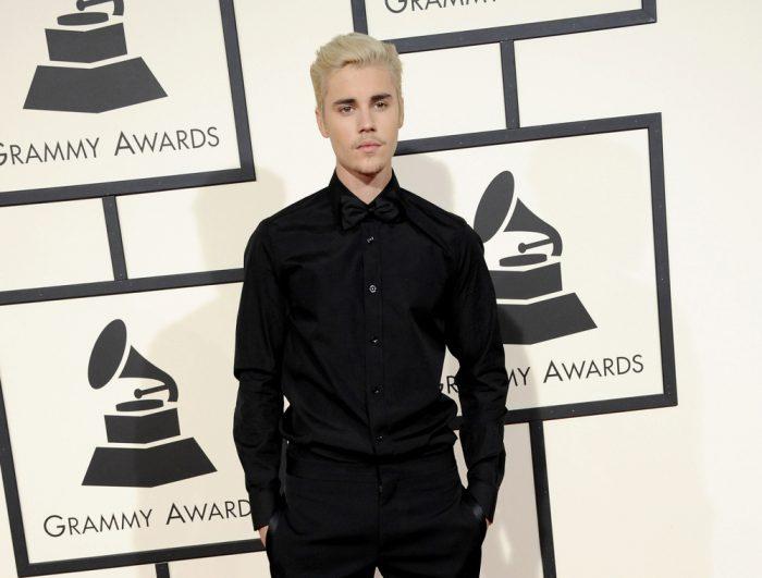 Джастин Бибер в черной рубашке и брюках