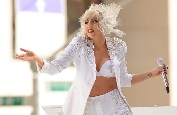 Леди Гага в белом костюме