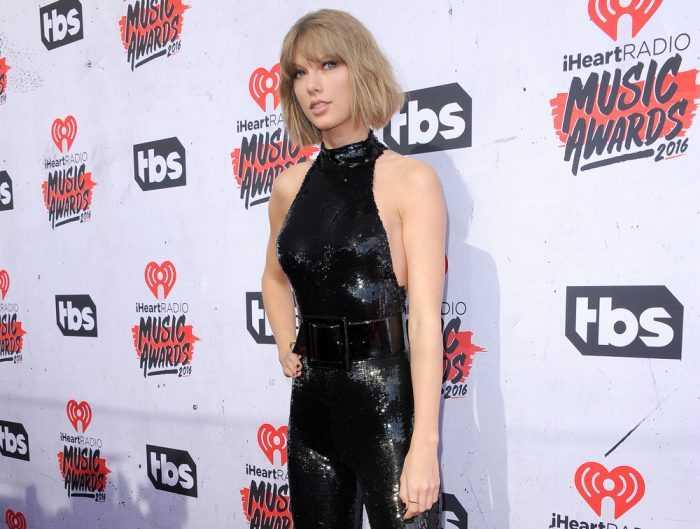 Тейлор Свифт в черном костюме