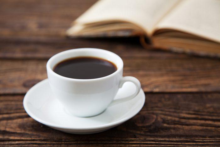 Белая чашка кофе на блюдце
