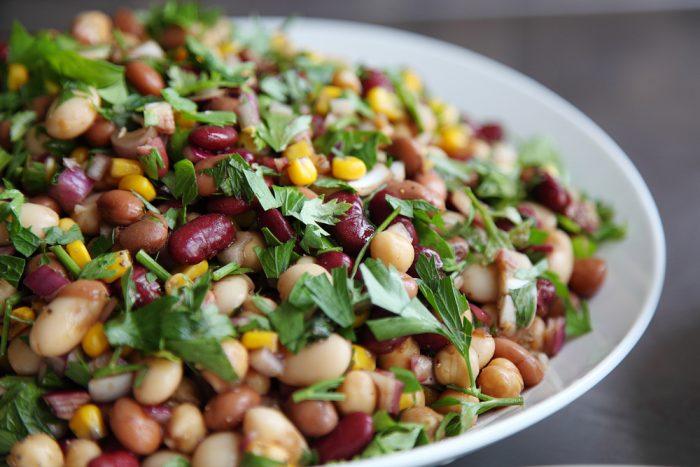 Салат из фасоли, кукурузы и зелени