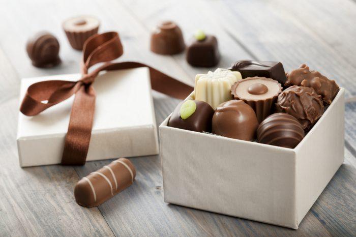 шоколадные конфеты в бело коробке