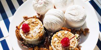 Зефир и десерт на тарелке на полосатой скатерти