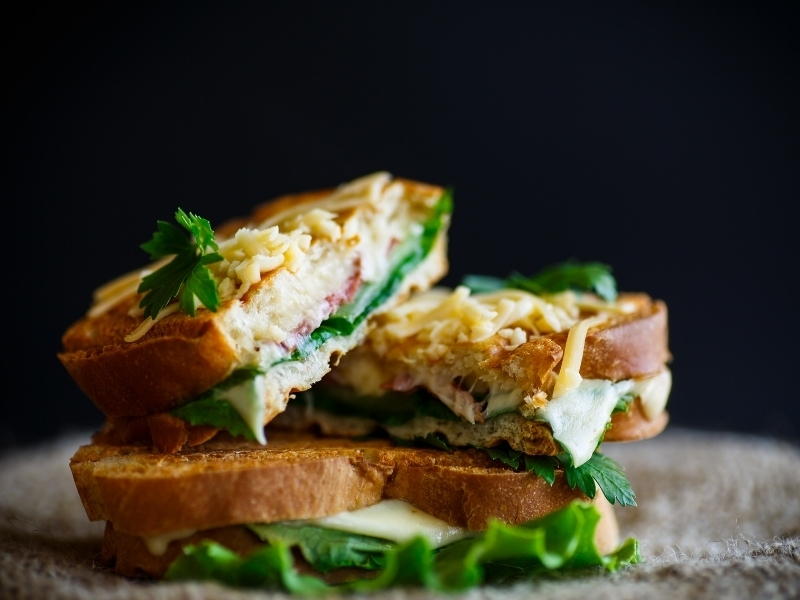 Жареный бутерброд с сыром и перцем халапеньо