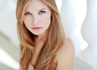 Красивая блондинка на белом фоне