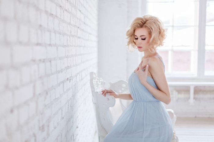 Красивая блондинка в голубом платье