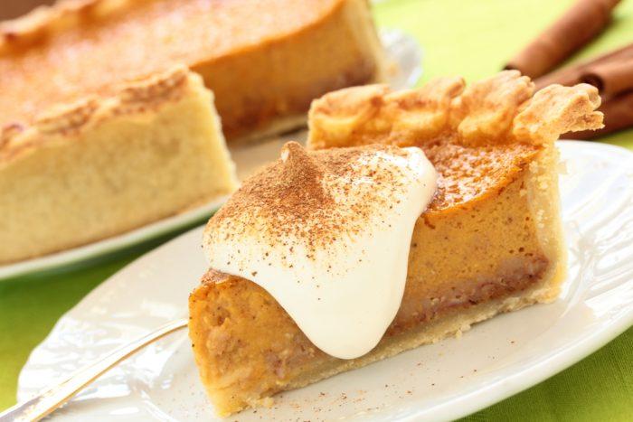 Кусок тыквенного пирога с кремом
