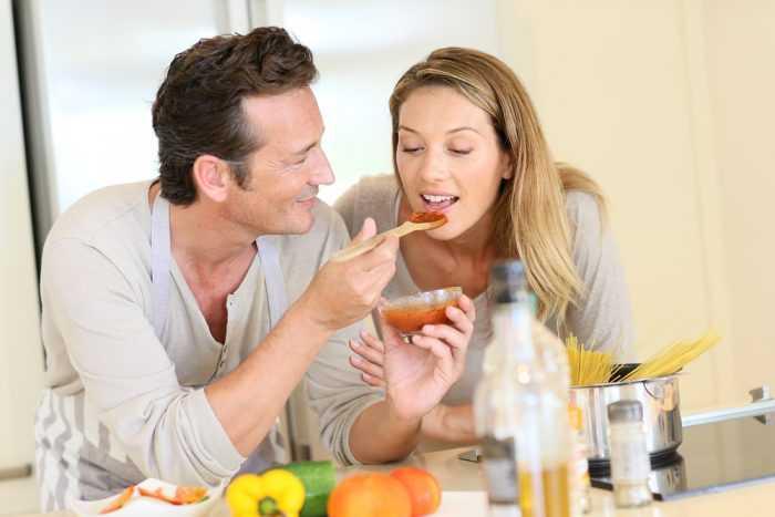 Мужчина кормит женщину с ложки
