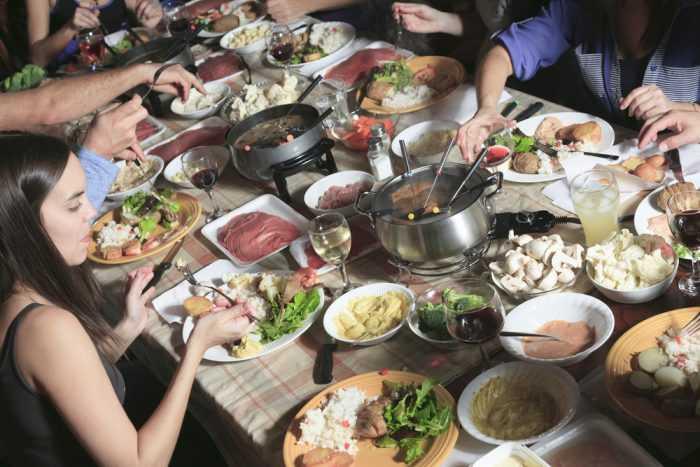 Обед в кругу друзей за большим столом