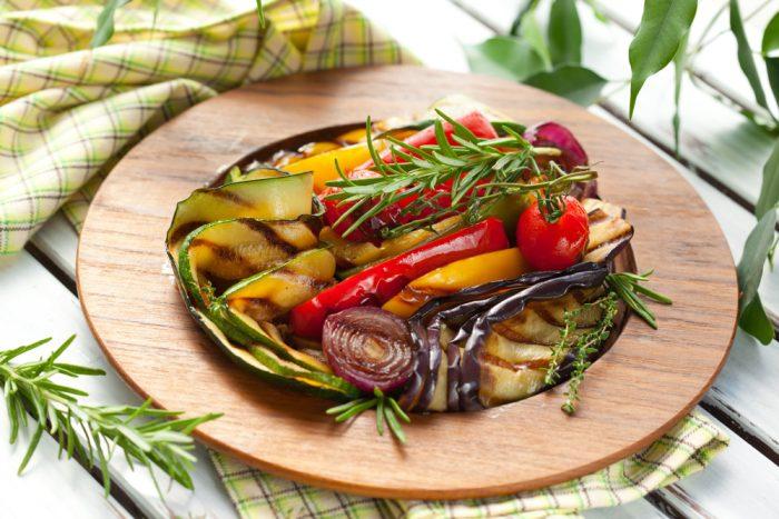 Овощной салат на деревянной тарелке