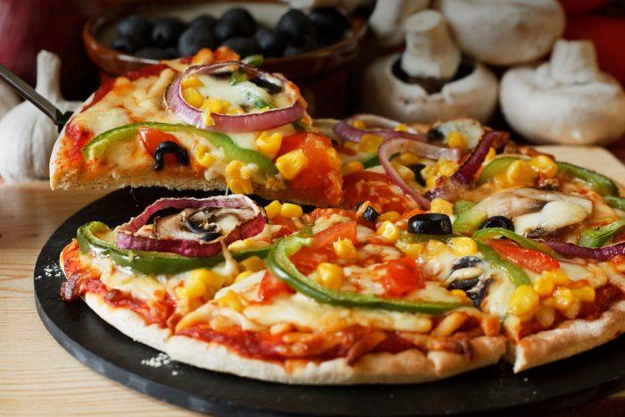 Пицца на черной подставке