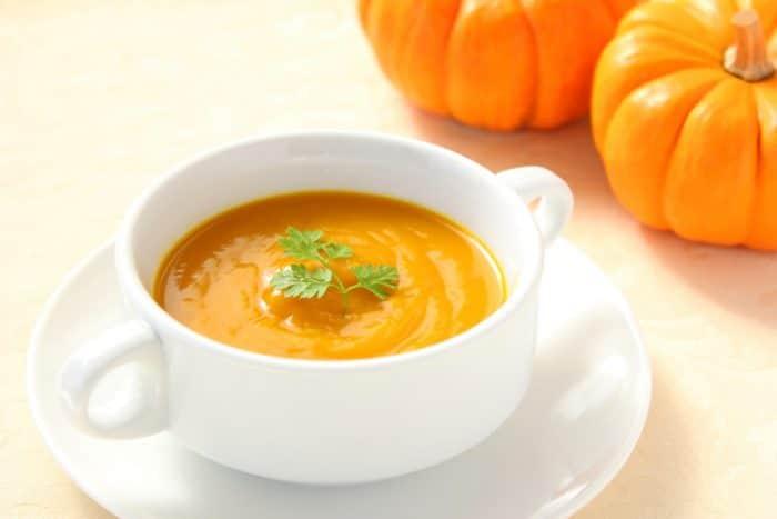 Тыквенный суп в белой тарелке