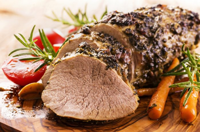 Запеченное мясо на досточке с морковью и помидорами
