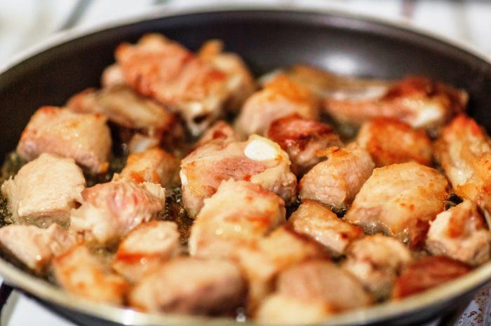 Жаренная свинина кусочками на сковороде