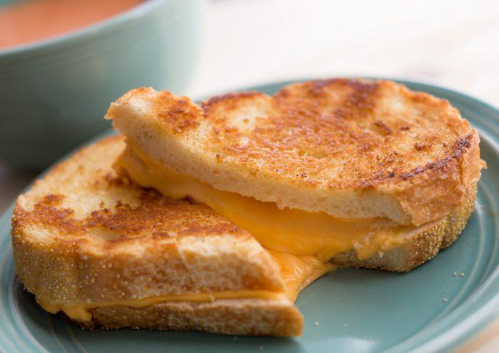 Жареный сэндвич с сыром на голубой тарелке
