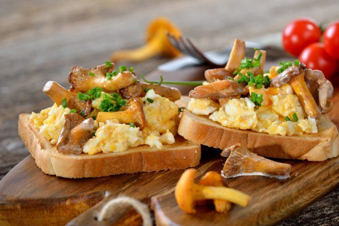 Гренки с грибами и яйцами
