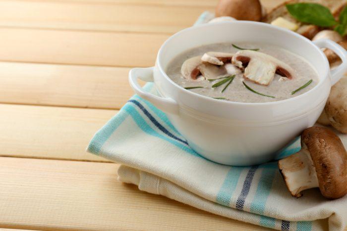Грибной соус в тарелке с грибами