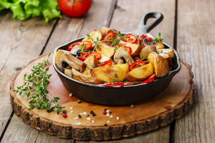 Грибы с перцем в сковороде на досточке