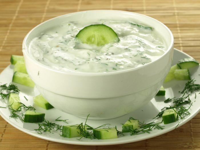 Огуречный соус на тарелке с огурцами