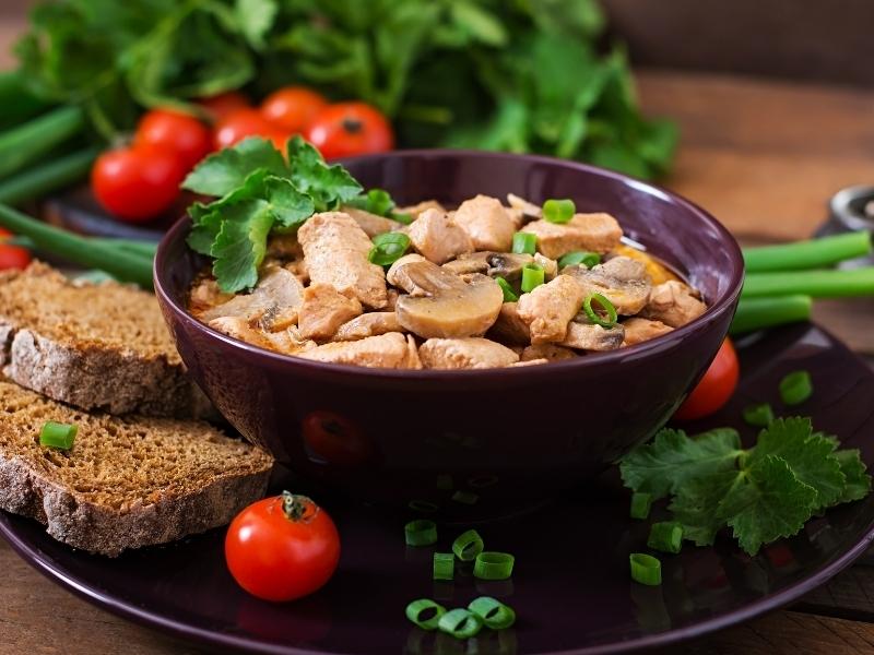 Грибы с луком в сливочном соусе