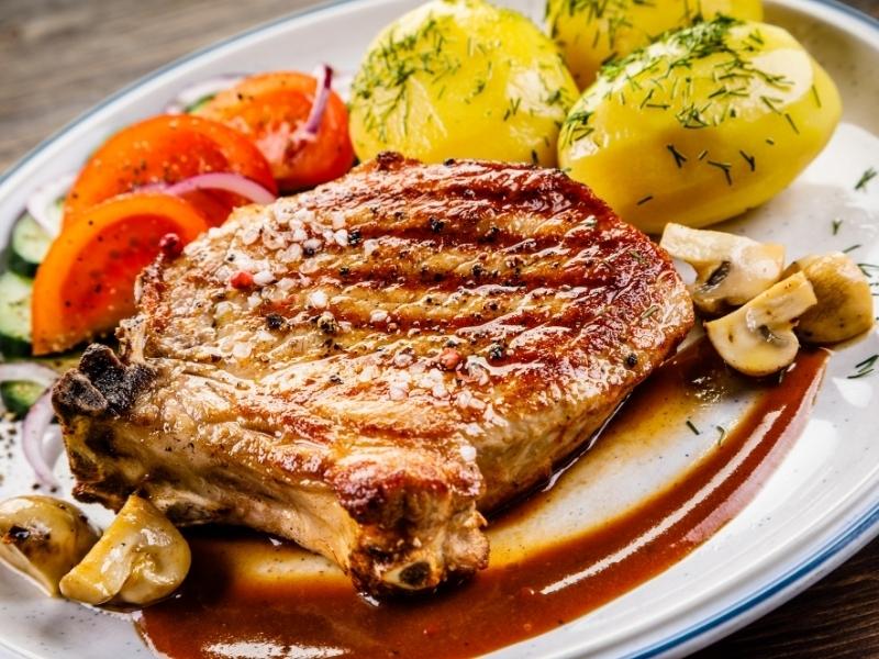 Свиные отбивные с луком и горчицей
