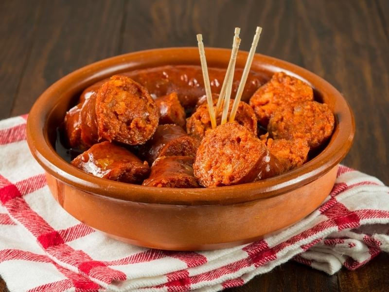 Тушеные охотничьи сосиски с томатным соусом и луком