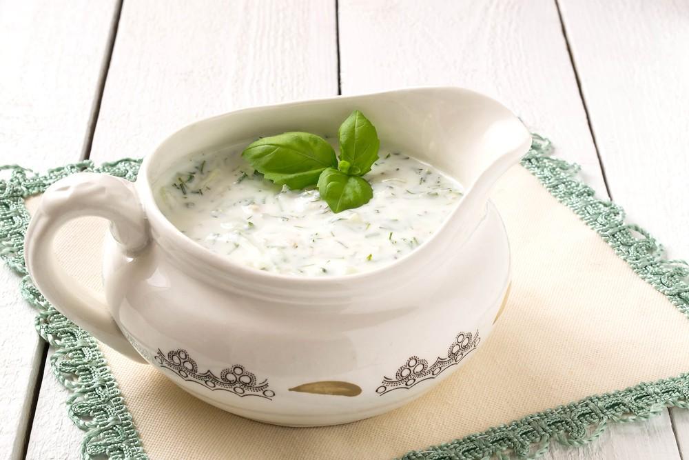 Кефирный соус с огурцом и зеленью в соуснице
