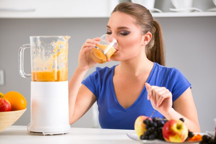 Девушка пьет свежевыжвтый сок