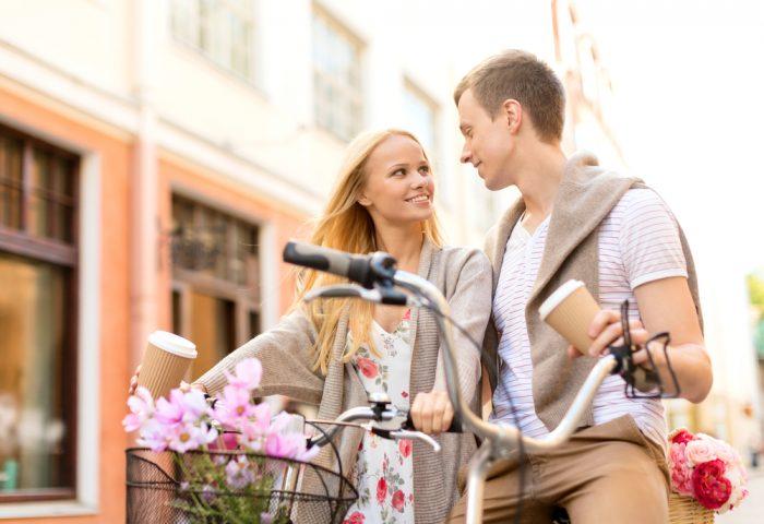 Девушка с парнем на велосипедах