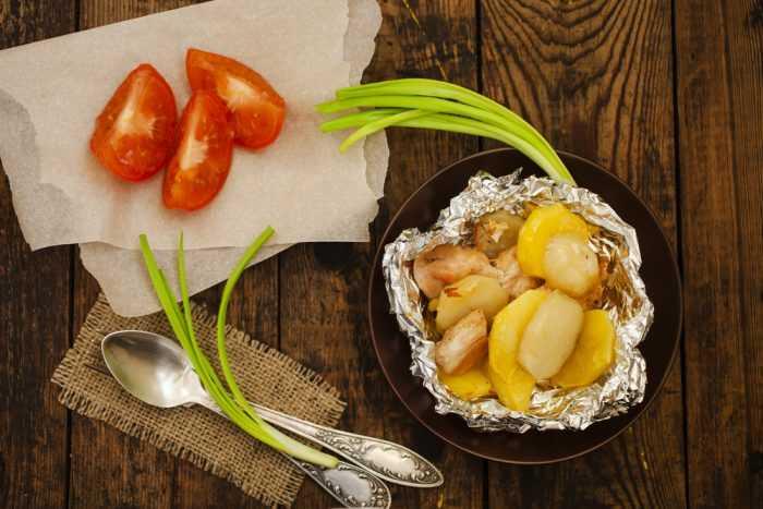 картошка в фольге, помидоры и лук
