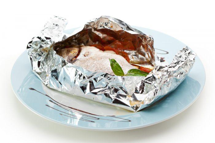 Рыба в фольге на тарелке