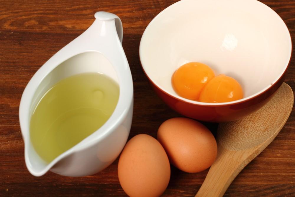 2 целых яйца и отдельно в тарелках белки и желтки