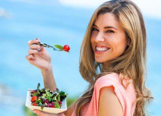 Женщина с тарелкой салата