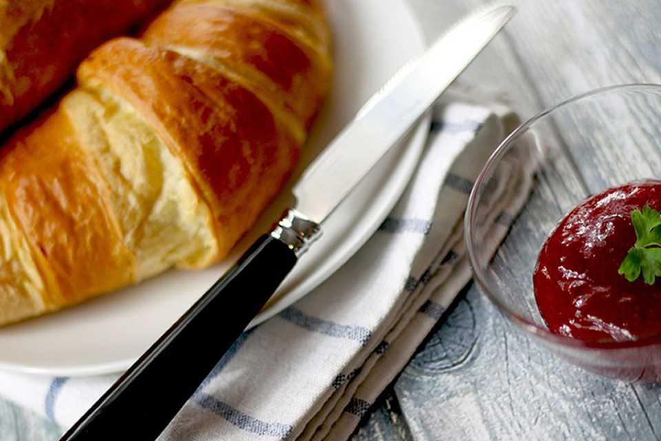 Способ приготовления домашних рогаликов с беконом, яйцом и сыром