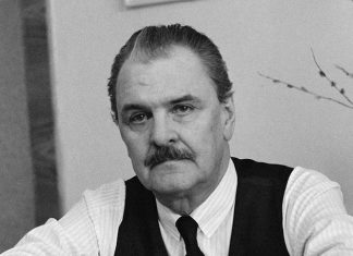 Черно-белое фото актера Юрия Яковлева