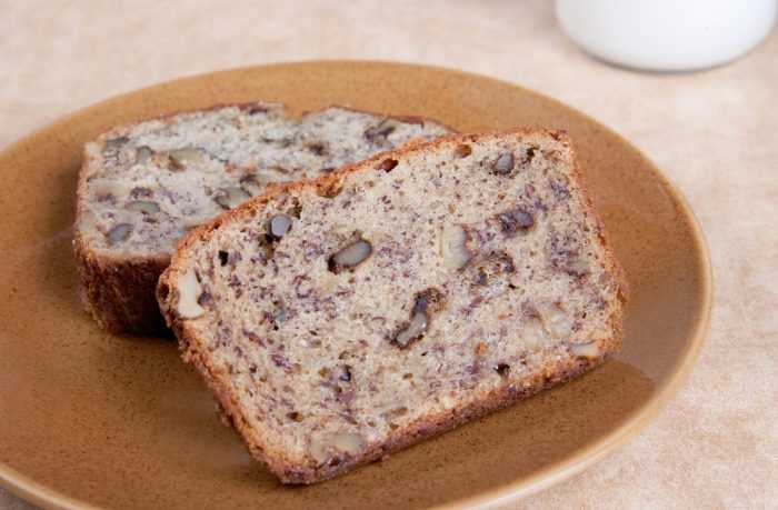 Два ломтика хлеба с орехами на тарелке