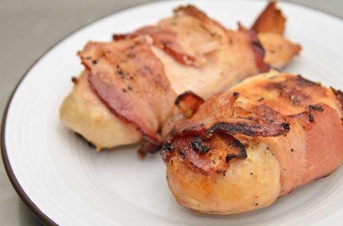 Две куриные грудки с беконом на тарелку