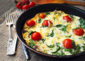 Фриттата с помидорами черри в сковороде