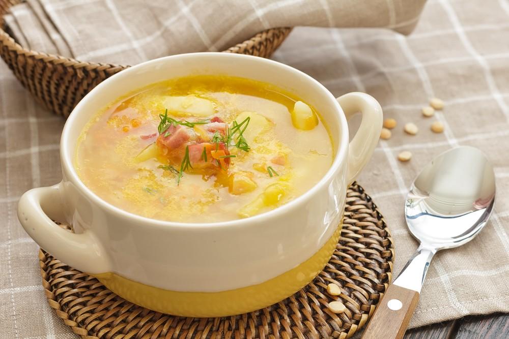 Картофельный суп с беконом в тарелке с ручками