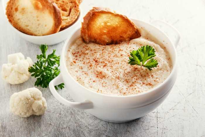 Cremige Blumenkohlsuppe mit Croutons