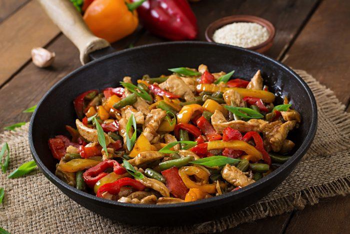 Куриное филе с овощами на сковородке