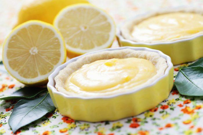 Лимонный пудинг на столе с лимонами