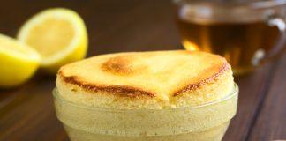 Лимонный пудинг в прозрачной тарелке