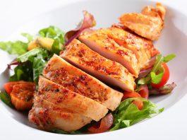 Маринованное куриное филе на тарелке с салатом