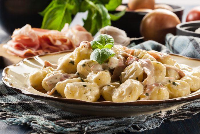 Ньокки на тарелке с соусом и балиликом