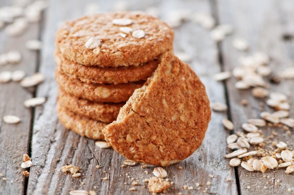 Овсянное печенье на деревянной поверхности